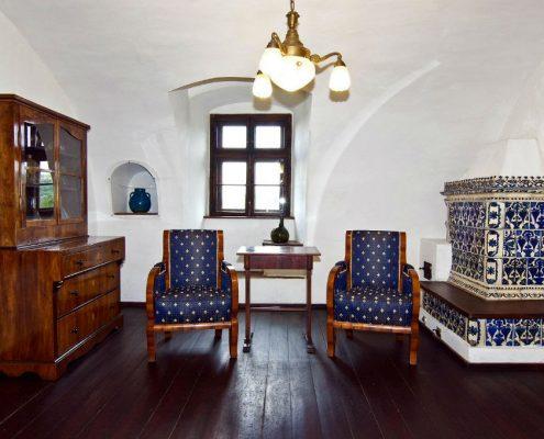 Semineu traditional cu modele florale albastre in camera de pictura si relaxare din Castelul Bran